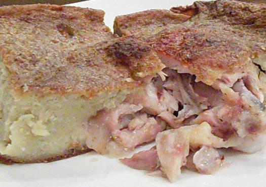 Skanus kugelis ( bulvių plokštainis ) su vištienos ketvirčiais.