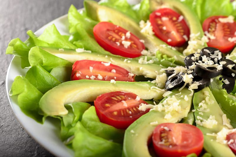 Avokado salotos su pomidorais ir alyvuogėmis