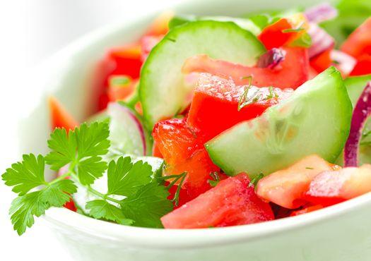 Agurkų, pomidorų ir ridikėlių salotos