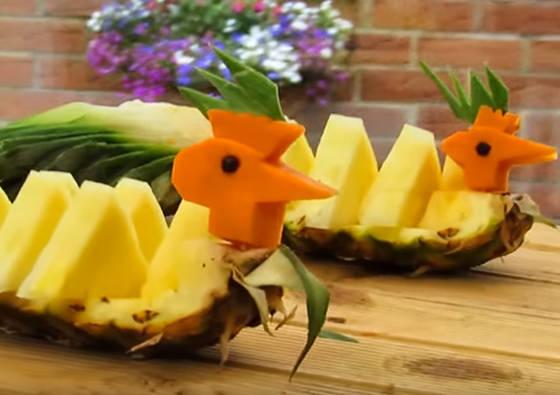 Kaip supjaustyti ir patiekti ananasą