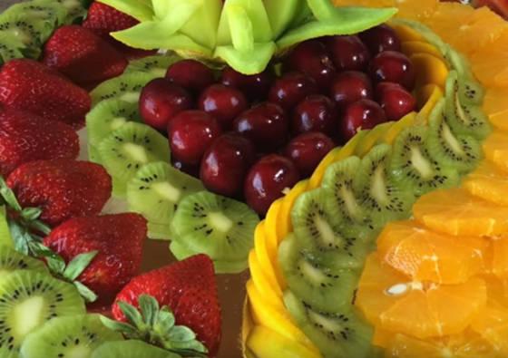 Kaip gražiai patiekti vaisius vaišių stalui