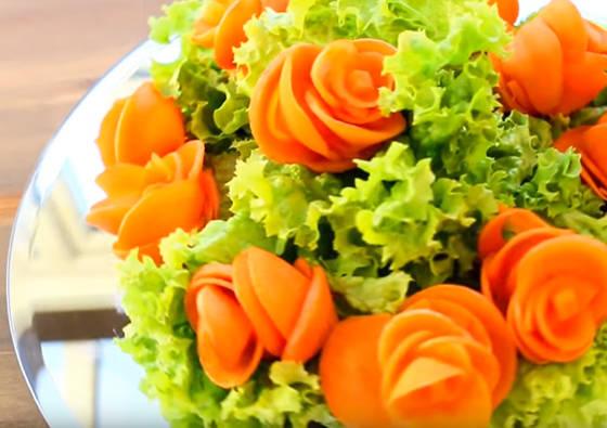 Stalo puošimas: rožės iš morkos