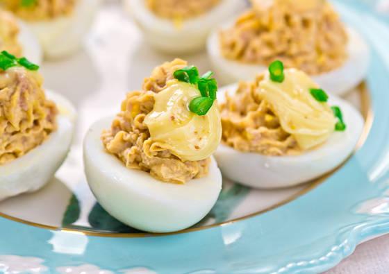Įdaryti kiaušiniai su kietuoju sūriu ir graikiniais riešutais