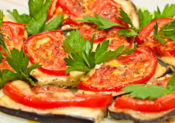Orkaitėje kepti baklažanai su pomidorais ir sūriu
