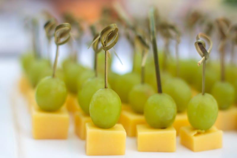 Užkandis prie vyno: vynuogių ir sūrio vėrinukai