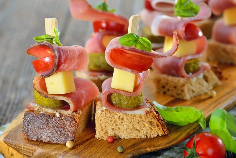 Vieno kąsnio užkandžiai: kumpio vėrinukai su daržovėmis ir sūriu